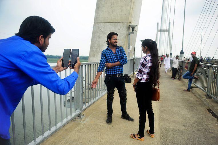 Gebruikers van TikTok in de Indiase stad Allahabad. Beeld AFP
