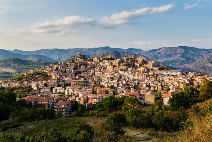 Een dorp op een heuvel in Sicilië.