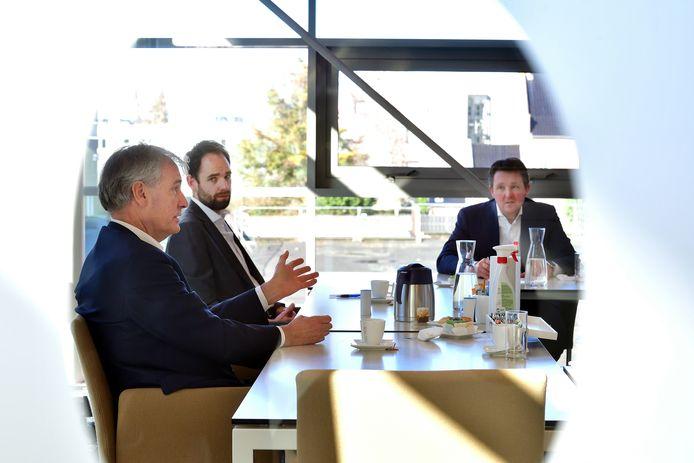 (V.l.n.r.) Ondernemer Eric van Schagen, econoom Florian Sniekers en gezondheidseconoom Piet de Bekker in gesprek over de aanpak van de coronacrisis.
