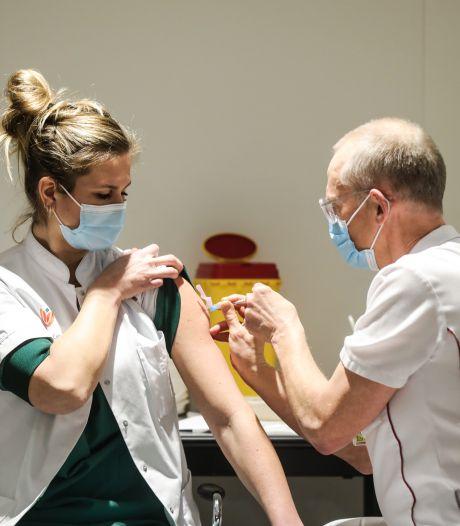 Amsterdam start met vaccineren: eerste prik voor ic-verpleegkundige Carol Verdonk