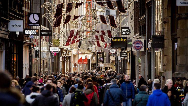Winkelend publiek in de Kalverstraat Beeld anp