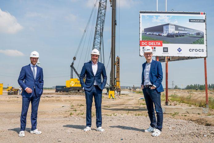 Woensdag 3 juni startte Hercuton met de bouw van het nieuwe distributiecentrum van Crocs op Distripark Dordrecht. Op de foto van links naar rechts: Maarten Burggraaf, wethouder economie, Ivo van der Mark, CEO Hercuton en Adrian Holloway, general manager Crocs Europe.
