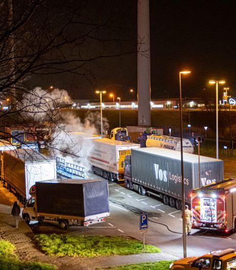 Vrachtwagen in brand langs de A27 in Nieuwegein