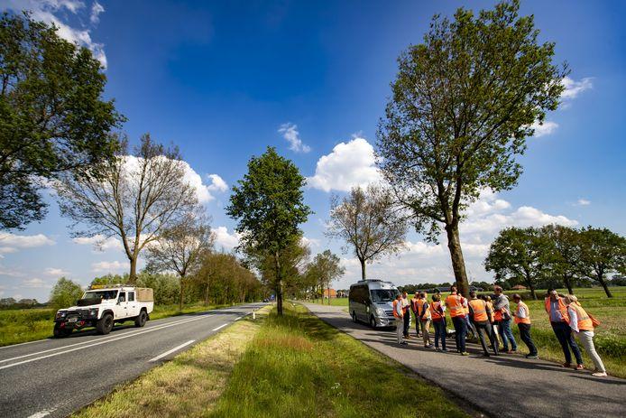 Leden van Provinciale Staten van Gelderland waren woensdag in Ruurlo om de 343 bomen te bekijken die gekapt zouden worden.