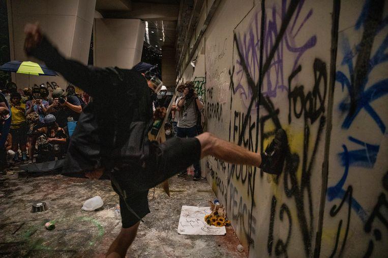 Een demonstrant trapt tegen de deur van een gerechtsgebouw.  Beeld Getty Images