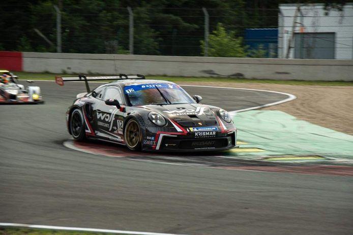 De Porsche 911 van vader en zonen Redant, bijgestaan door Glenn van Parijs.