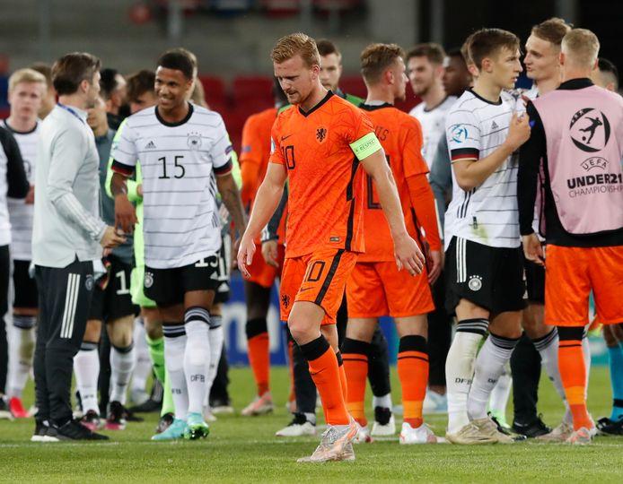 Jong Oranje-captain Dani de Wit treurt na de verloren halve finale.