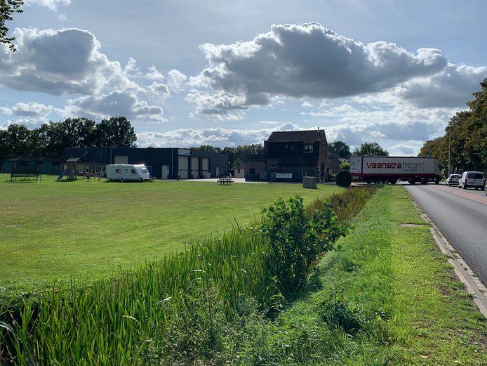 In het weiland links) aan de Zuiderzeestraatweg wil de gemeente Oldebroek een nieuwe brandweerkazerne bouwen.