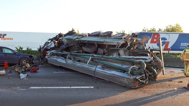 Door het ongeval in Erpe-Mere raakte de E40 in beide richtingen grotendeels versperd. Beeld Frank Eeckhout