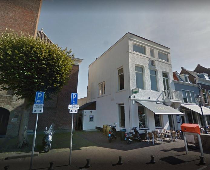 De weggehaalde geldautomaat zat links achterin de muur van grand café 1661, het witte gebouw.