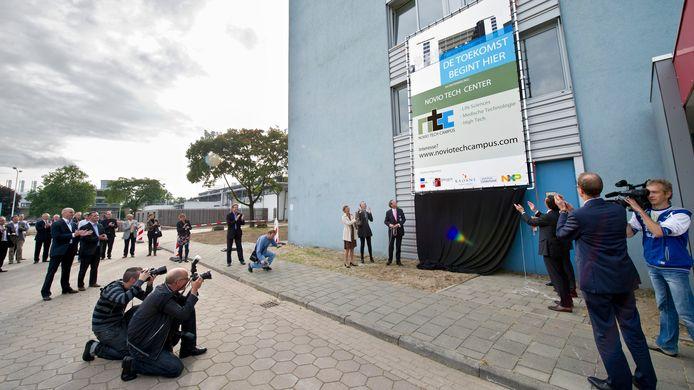 Opening van de Novio Tech Campus in 2012. Ruim acht jaar later wil het bedrijvenpark uitbreiden. Rechts vertrekkend directeur Rikus Wolbers.