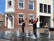 Waterfeest op het Kerkplein van Bru: de fontein is aan