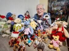 Riet (89) heeft vitrine vol zelfgemaakte beertjes: 'Zo heb ik wat te doen en ben ik minder met corona bezig'
