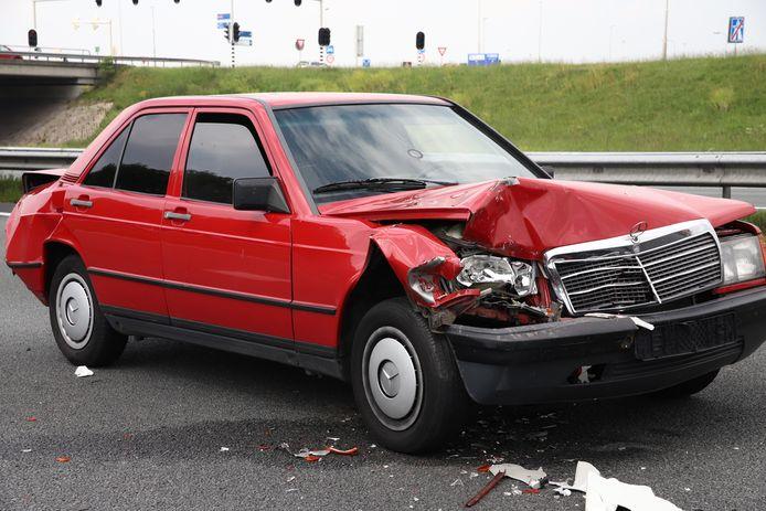 De auto liep zware schade op.