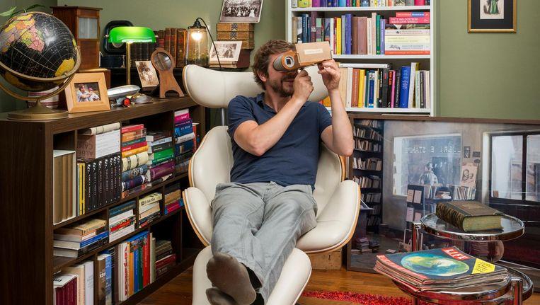 Ramsey Nasr met zijn stereoscoop. Beeld Tom Janssen