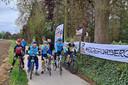 Herwig, Dirk, Danny, Sven, Luca, Kris en Kiano nemen deel aan De 1000 km van KOTK om de gedachte aan de overleden profwielrenner Serge Baguet uit Sint-Lievens-Houtem levend te houden.