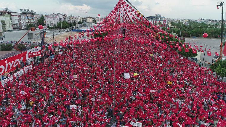 De opkomst bij een van Murharrems rallys. Beeld AFP