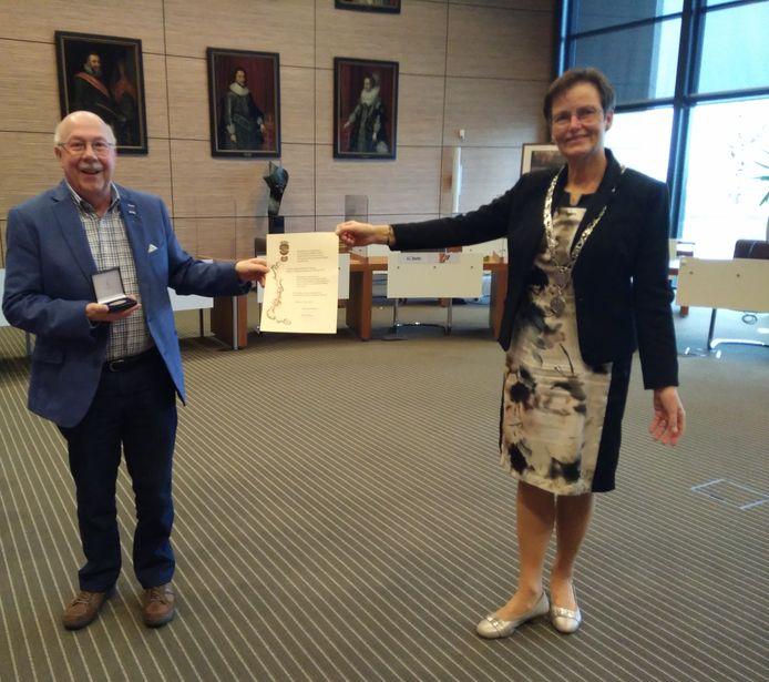 Kees de Koning werd dinsdag onderscheiden met de Thoolse zilveren erepenning. Rechts burgemeester Ger van de Velde.