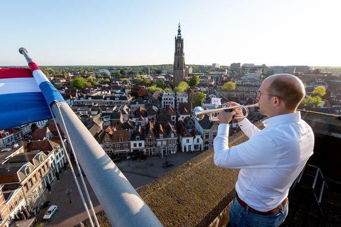 Gert Schaaij blies op 4 mei 2020 even voor 20.00 uur de taptoe vanaf de toren van de Joriskerk over een vrijwel lege Hof.