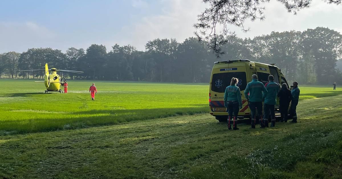 Motorcrosser gewond na ongeluk tijdens training in Holten, traumahelikopter opgeroepen.