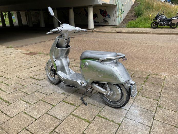 GO-sharing scooter grijs gespoten in Eindhoven.