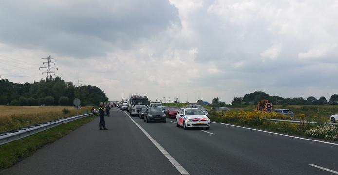 Bestuurders moesten wachten totdat de A15 weer werd vrijgegeven.
