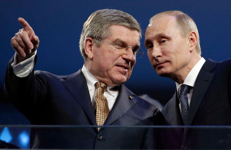 Thomas Bach, voorzitter van het IOC, en Vladimir Poetin bij de slotceremonie van de Olympische Winterspelen van 2014 in Sotsji. Bach had zijn verkiezing mee aan Poetin te danken. Beeld AP