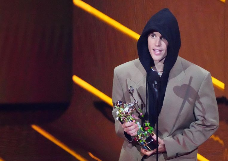 Justin Bieber met zijn award.  Beeld Charles Sykes/Invision/AP