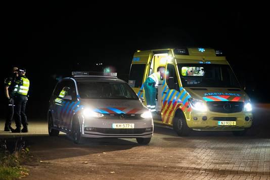 Ambulancepersoneel behandelt de verdachte van een inbraak in Nijmegen op industrieterrein Westkanaaldijk.
