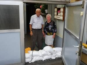 """Prosper (82) en Monique (81) moeten voor vierde keer in enkele weken tijd water uit huis pompen: """"We doen 's nachts geen oog meer dicht"""""""