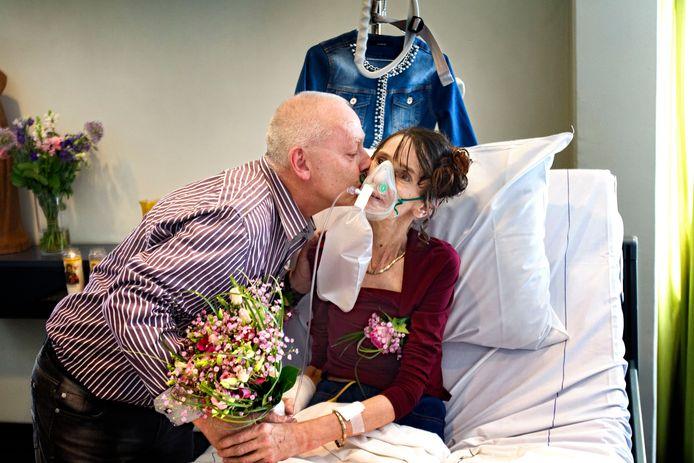 Bruid trouwt in het MMC ziekenhuis Veldhoven