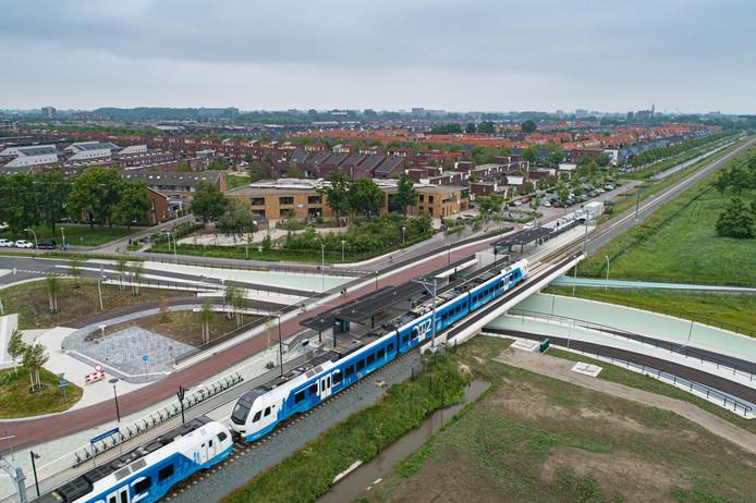Het Kamperlijntje tussen Zwolle en Kampen stopt vanaf 2 juni twee weken lang op station Zwolle Stadshagen. Vervoerder Keolis houdt een proef om te kijken of de toekomstige dienstregeling haalbaar is. De PVV vindt alvast van niet.