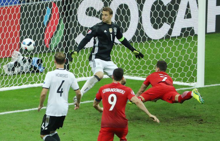 Milik mist een grote kans oog in oog met de Duitse doelman Neuer. Beeld afp