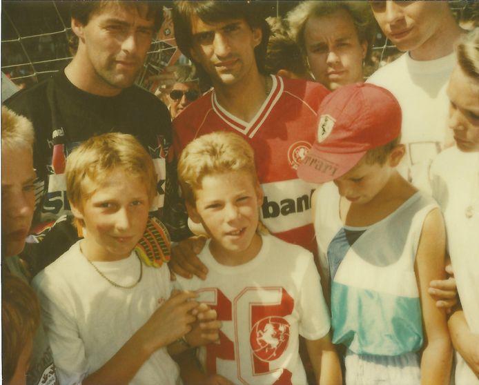 De jonge Gijs (midden onder) bij een open dag van FC Twente