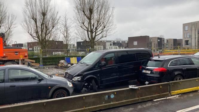 Bestelwagen krijgt klapband en raakt drie andere voertuigen