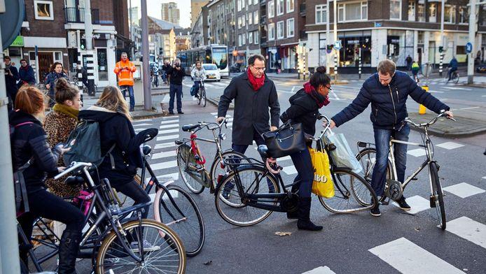 Binnen enkele minuten knalden twee keer fietsers op elkaar, voor het oog van wethouder Pex Langenberg (rode sjaal).
