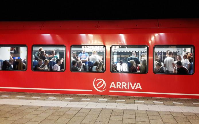 Arriva trein MerwedeLingelijn station Gorinchem volle coupé treinstel GRATIS FOTO