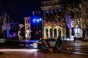 De politie patrouilleert op de Brink in Deventer. Door de avondklok mag er niemand na 9.00 uur op straat, tenzij je hond aan het uitlaten bent.