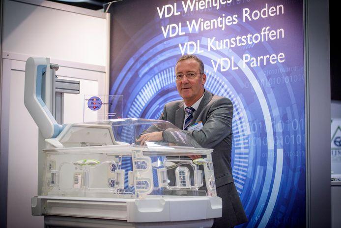 Roland Jannes van VDL Parree bij de couveuse met plastic delen die onder een druk van 1700 ton zijn geproduceerd.