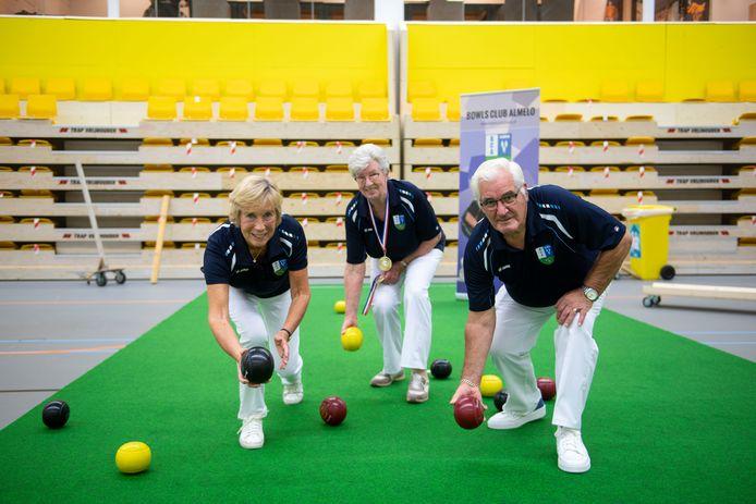 Almelo's team maakt zich op voor NK bowls, met (vanaf links) Hetty Witmans, Jannie Brama en Leo Brama.