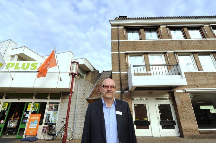Chris Grinwis in 2011 voor zijn later uitgebreide supermarkt in de Dorpsstraat in Halsteren.