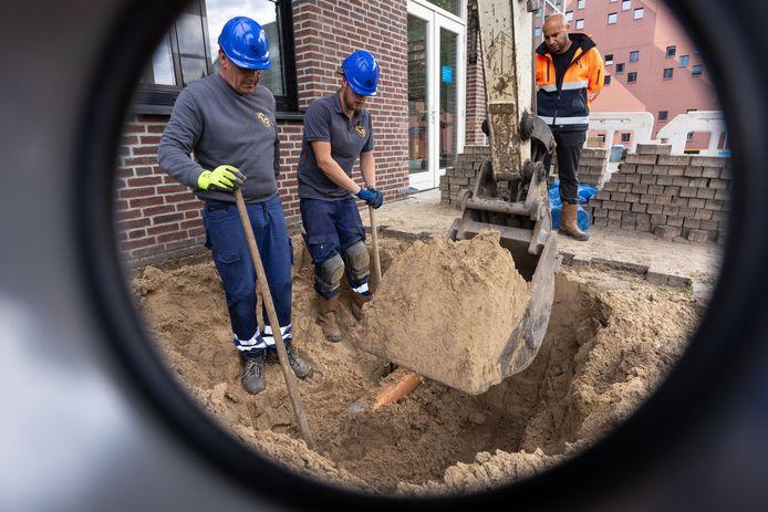 Bij het Koning Willem I College in Den Bosch vervangt Van der Velden Rioleringsbeheer na een inspectie uit voorzorg enkele buizen.
