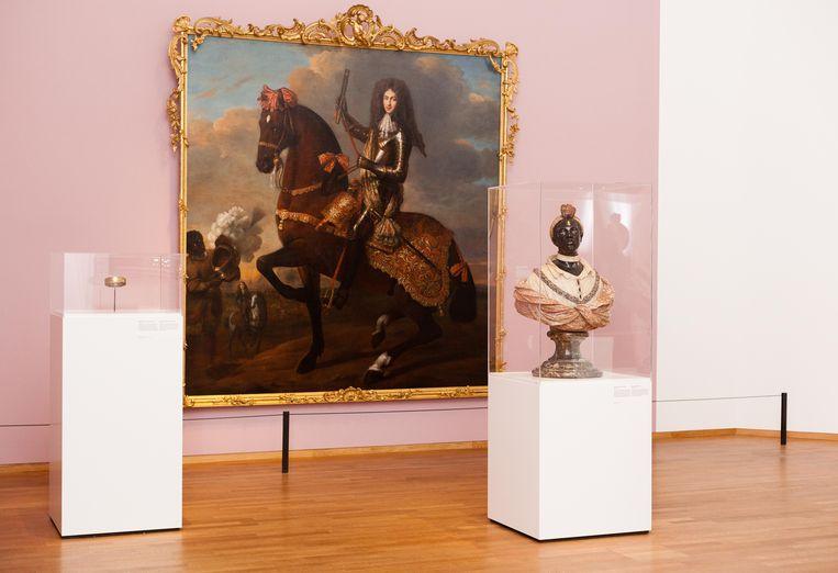 Het portret van Maurits graaf van Nassau la Lecq te paard hangt lager gehangen dan normaal, zodat de kijker op ooghoogte contact maakt met de zwarte jongen links. Beeld Nina Schollaardt