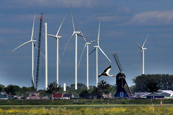 Zicht op de windmolens langs de A15 bij knooppunt Deil. Gemaakt vanaf de Broekgraaf in Herwijnen met een groothoeklens. Bewoners in de regio vrezen dat het rivierlandschap in de toekomst wordt gedomineerd door windmolens.