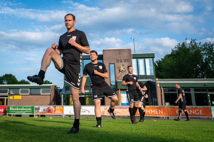 Rob Vonk bij zijn eerste training bij HAVO, op 1,5 meter volgen zijn ploeggenoten.