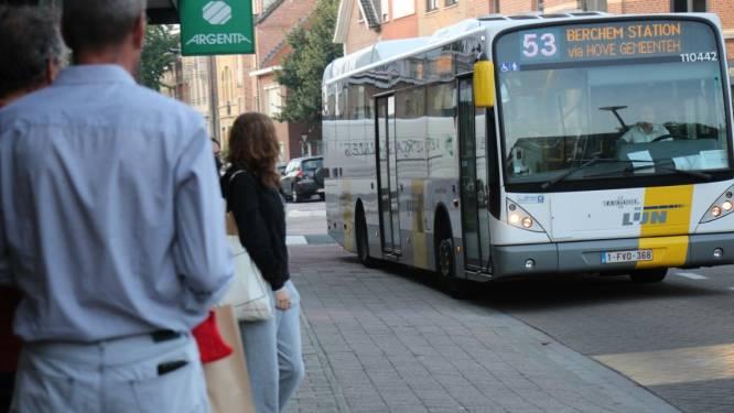 """Groen-Vooruit schenkt reizigers van bedreigde buslijn 52 en 53 kompas: """"Om binnenkort tot in Antwerpen te geraken"""""""