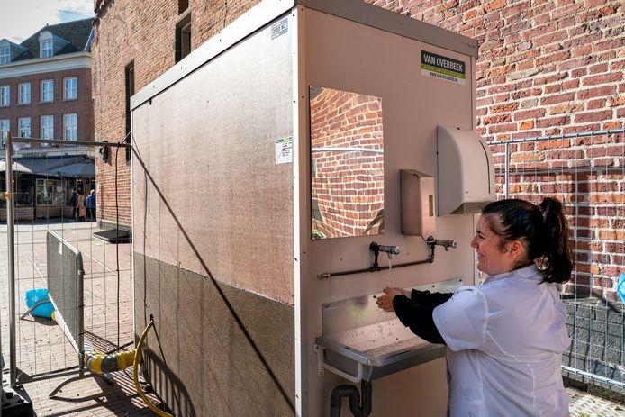 Speciaal voor marktkooplieden werd in Den Bosch deze een toiletgebouwtje neergezet.