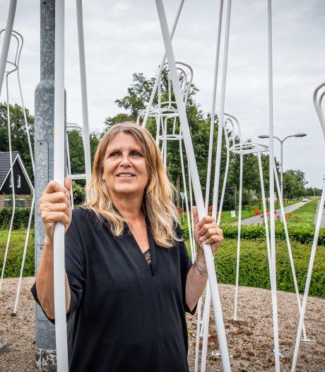 Heleen van der Veen over haar stoelen op Hengelose rotonde: 'Mooi dat ze hier staan, in al hun kwetsbaarheid'