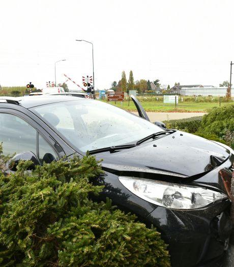 Auto ramt gevel van woonhuis in Biezenmortel