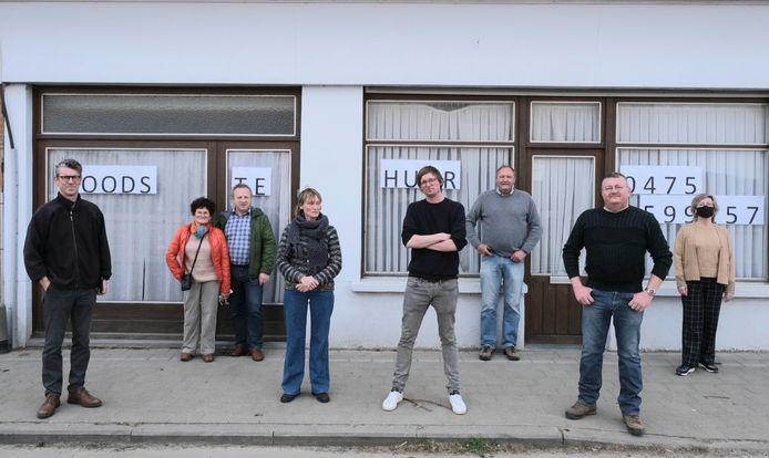 Enkele mensen uit Dranouter zetten hun schouders onder een buurtwinkel.